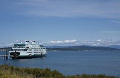 Большой корабль пассажирского парома в доке на входе гавани Стоковая Фотография