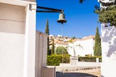Большой колокол рядом с дверью, заменяя дверной звонок гостеприимсво колокола женщина rwith кольца руки колокола Стоковые Фотографии RF