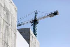Большой кран конструкции на конструкции зданий Стоковые Изображения