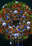 Большой красивый венок рождества с бело- голубыми игрушками Стоковые Изображения RF