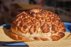 Большой, красивый, хлебец, сделанный хлеб, белизна, мука, синь, поднос, желтый цвет, салфетка стоковая фотография