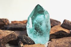 Большой кристалл кварца на белом конце-вверх предпосылки Стоковые Фото