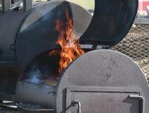 Большой курильщик BBQ с пламенами Стоковые Изображения RF