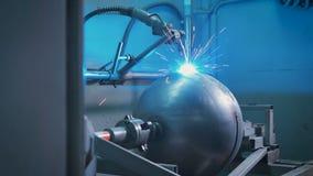 Большой металлический шар установил на автоматизированной машине для electro работы заварки на продукции частей Замена  акции видеоматериалы