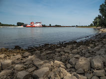 Большой нажимая корабль управляет перед Рейном Стоковые Изображения