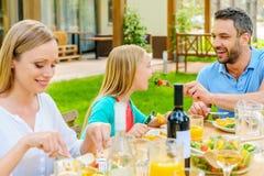 большой обед детей есть пиццу мати отца семьи Стоковая Фотография RF