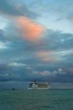 Большой океанский корабль плавая от порта Ялты на вечере падения Стоковая Фотография