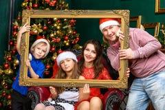 Большой дом семьи счастья празднует x-mas Стоковое Изображение RF