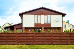 Большой дом с загородкой вокруг стоковое изображение rf