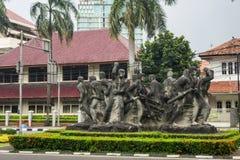 Большой памятник статуи сделанный от меди показывает группу людей в одном фото круга принятом в Джакарту Индонезию Стоковое фото RF