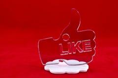 Большой палец руки вверх по форме на белом облаке стоковое изображение