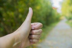 Большой палец руки вверх для мероприятий на свежем воздухе Стоковое фото RF
