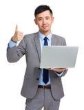 большой пец руки компьтер-книжки бизнесмена вверх Стоковое Фото