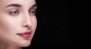 Большой портрет модели с правым глазом от камеры Стоковое Изображение
