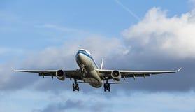 Большой подход к посадки пассажирского самолета Стоковые Изображения RF