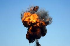 Большой промышленный огонь с толстым черным дымом Стоковые Изображения