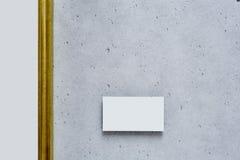 Большой пустой золотой холст в современной галерее Стоковые Изображения