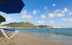Большой пляж залива - Philipsburg - Sint Maarten - карибский тропический остров Стоковое Фото