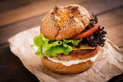 Большой сандвич - гамбургер с сочным бургером индюка Стоковое Фото