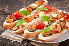 Большой сандвич с зажаренными в духовке овощами Стоковое Фото