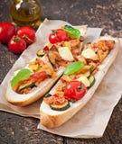Большой сандвич с зажаренными в духовке овощами Стоковое фото RF
