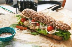 Большой сандвич с цыпленком на таблице фотографа перемещения стоковые изображения rf