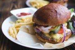 Большой свежий домодельный бургер Стоковое Изображение