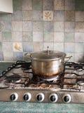 Большой серебряный лоток металла с крышкой на и с, который сгорели чернотой и Br стоковое изображение rf