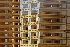 Большой стог деревянных паллетов для логистического Стоковые Изображения