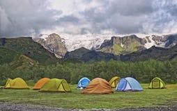 Большой туристский лагерь расположен в долине парка около ледника Стоковое фото RF