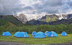 Большой туристский лагерь расположен в долине парка около ледника Стоковая Фотография