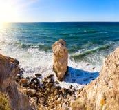 Большой уединённый утес, красивые виды скал Стоковые Изображения RF