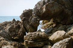 Большой утес на береговой линии Стоковые Изображения RF
