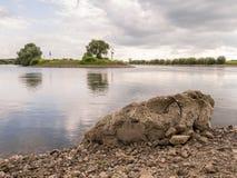 Большой утес тихим рекой в Doesburg, Голландии Стоковые Фотографии RF
