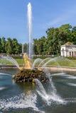 Большой фонтан peterhoff стоковое изображение