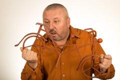 Большой человек держа масштабную модель велосипеда/велосипеда Стоковые Изображения