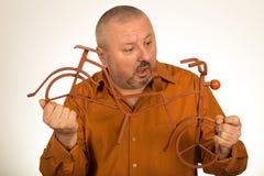 Большой человек держа масштабную модель велосипеда/велосипеда Стоковое фото RF