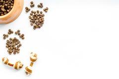 Большой шар собачьей еды собаки разливая в печати лапки на белом модель-макете взгляд сверху предпосылки Стоковые Фото