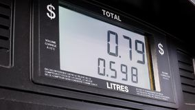 Большой экран поднимая газовых цен на scree насоса видеоматериал
