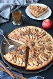 Большой яблочный пирог на серебряной плите, Стоковая Фотография RF