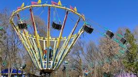 Большой Carousel закручивая вокруг в парк акции видеоматериалы