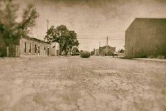 Большой Tumbleweed в середине дороги Стоковые Изображения