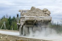 Больш-желтый транспорт продукции самосвалов карьера минералов Стоковое Фото