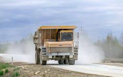 Больш-желтый транспорт продукции самосвалов карьера минералов Стоковое Изображение