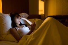 Боль глаза чувства женщины на использовать цифровую таблетку дома Стоковое Фото