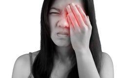 Боль глаз и напряжение глаз в женщине изолированной на белой предпосылке Путь клиппирования на белой предпосылке стоковое изображение