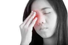 Боль глаз и напряжение глаз в женщине изолированной на белой предпосылке Путь клиппирования на белой предпосылке стоковые фотографии rf