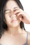 Боль глаз и напряжение глаз в женщине изолированной на белой предпосылке Путь клиппирования на белой предпосылке стоковая фотография