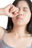 Боль глаз и напряжение глаз в женщине изолированной на белой предпосылке Путь клиппирования на белой предпосылке стоковое изображение rf