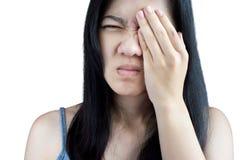 Боль глаз и напряжение глаз в женщине изолированной на белом backgroun стоковые изображения rf